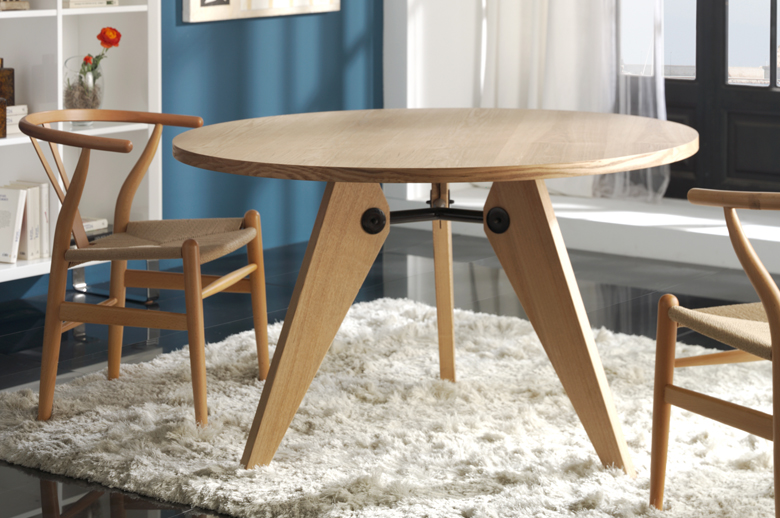 ... Gueridon Table With Wishbone Chairs ...